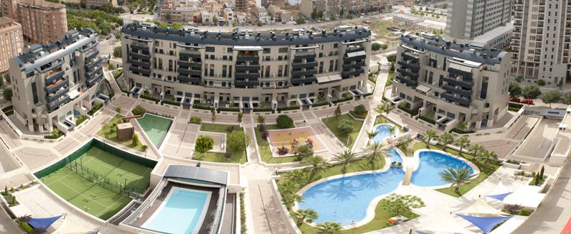 Panorámica aérea de edificios y zonas comunes